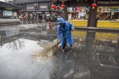 Reiniger im Regen stockfotos
