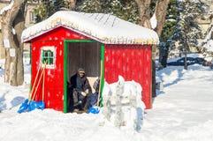 Reiniger schneien in der Mitte der alten Stadt von Pomorie in Bulgarien-Winter Lizenzfreie Stockfotos