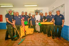 Reinigerteam an der Küche lizenzfreies stockfoto