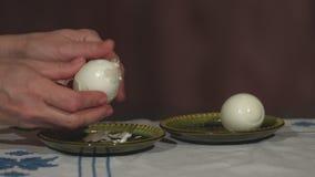 Reiniging gekookt ei van zijn shell stock videobeelden