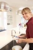 Reinigingsmachine die in Binnenlandse Keuken werkt Royalty-vrije Stock Foto