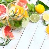 Reinigt het Detoxfruit gegoten op smaak gebrachte water, limonade, cocktail in een drankautomaat met verse vruchten lichaam en br Stock Fotografie