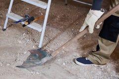 Reinigung construstion Schutt mit Spaten Stockfotos