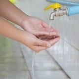 Reinigung der Frauenhand mit Seife unter Wasser lizenzfreie stockfotografie