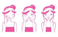 Reinigung der jungen Frau, Reinigung und interessiert sich ihr Gesicht Lizenzfreies Stockfoto
