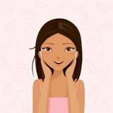 Reinigung der jungen Frau und interessiert sich ihr Gesicht Lizenzfreie Stockfotos