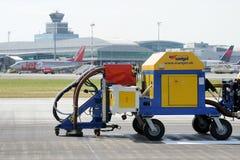 Reinigung der Rollbahn am Flughafen Stockfotos