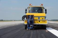 Reinigung der Rollbahn am Flughafen Lizenzfreie Stockfotografie