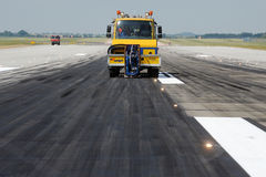 Reinigung der Rollbahn am Flughafen Stockbild