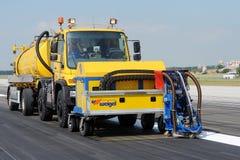 Reinigung der Rollbahn am Flughafen Stockfoto