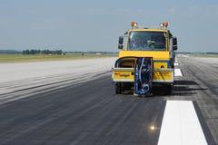 Reinigung der Rollbahn am Flughafen Lizenzfreies Stockbild