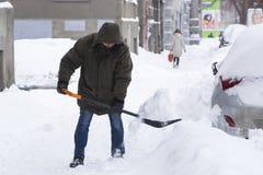 Reinigung der Straßen der Stadt durch Bewohner und der öffentlichen Einrichtungen im Zeitraum des klimatischen Unglücks der große Stockfoto