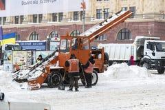 Reinigung der Straßen der Stadt durch Bewohner und der öffentlichen Einrichtungen im Zeitraum des klimatischen Unglücks der große Lizenzfreie Stockfotos
