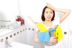 Reinigung des Badezimmers Lizenzfreie Stockbilder