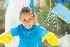 Reinigung des kleinen Mädchens Lizenzfreie Stockfotos