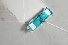 Reinigung des schmutzigen Bodens mit Mopp, Draufsicht stockbild