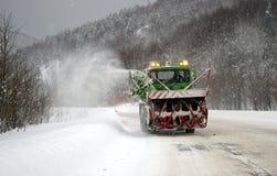 Reinigung des Schnees auf Straße. Stockfotos
