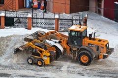 Reinigung des Schnees mittels der speziellen Ausrüstung Stockfotografie