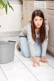 Reinigung Flor der jungen Frau lizenzfreie stockfotos