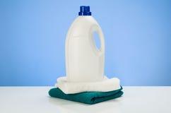 Reinigung oder blauer Steigungshintergrund des Wäschereiproduktkonzeptes mit Zubehör Lizenzfreie Stockfotos