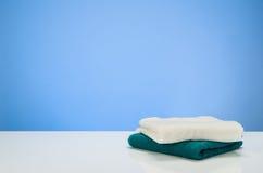 Reinigung oder blauer Steigungshintergrund des Wäschereiproduktkonzeptes mit Zubehör Lizenzfreies Stockbild