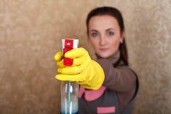 Reinigung servisce Reinigerarbeit in den Gummihandschuhen lizenzfreie stockbilder