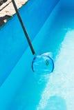 Reinigung Swimmingpools des Gartens des im Freien Stockfotos