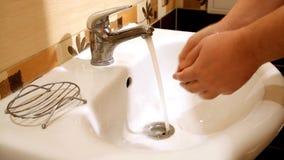 Reinigung von Händen stock video