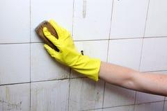 Reinigung von schmutzigen alten Fliesen in einem Badezimmer Lizenzfreie Stockfotos