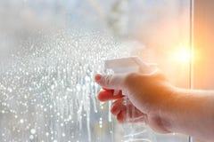 Reinigung Windows unter Verwendung des Sprays Stockbilder