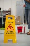 Reinigungs-Achtung-nasser Fußboden Lizenzfreies Stockbild