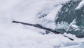 Reinigungs-Auto-Windschutzscheibe des Schnees Lizenzfreies Stockbild