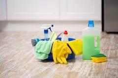Reinigungs- und Reparaturprodukte, Haushaltschemikalien, Gummihandschuhe, Becken für das Säubern der Wohnung und des Büros lizenzfreie stockfotos