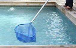 Reinigungs- und WartungsSwimmingpool mit Nettoabstreicheisen Lizenzfreies Stockfoto