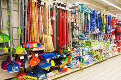 Reinigungs-Werkzeuge auf Supermarkt-Regal Stockfotos