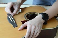 Reinigungsakustikgitarre auf Holztisch Stockfoto