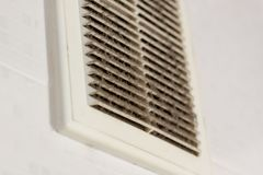 Reinigungsbelüftungsplastikstaub der Filter wird vollständig mit Staub und Schmutz verstopft stockfoto