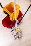 Reinigungsboden mit Mopp Stockfoto