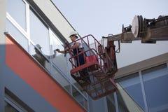 Reinigungsfenster mit Maschine Stockfotografie