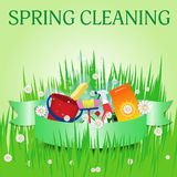 Reinigungsfrau, die das Reinigungsspray-Flaschenschießen glücklich und das Lächeln zeigt Plakatschablone für Dienstleistungen Vek Lizenzfreie Stockbilder