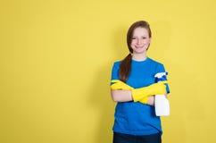 Reinigungsfrau, die das Reinigungsspray-Flaschenschießen glücklich und das Lächeln zeigt Reinigungsfrau mit der Reinigungssprühfl Stockbilder