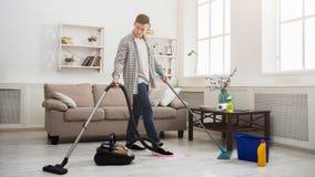 Reinigungshaus des jungen Mannes mit vielen Werkzeugen lizenzfreie stockfotografie