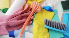 Reinigungsmaterial auf Weiß stock video
