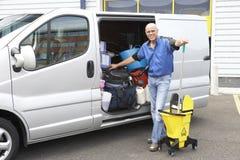 Reinigungsmittel, das nahe bei Packwagen steht lizenzfreie stockfotografie
