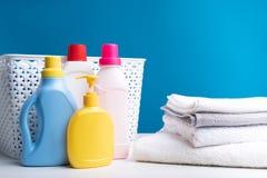Reinigungsmittel für die Wäscherei, die gewaschene Leinen bereitsteht lizenzfreies stockbild
