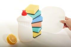 Reinigungsmittel für Teller auf einem weißen Hintergrund Lizenzfreie Stockfotografie