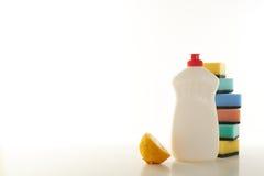 Reinigungsmittel für Teller auf einem weißen Hintergrund Stockfotos