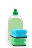 Reinigungsmittel. Grüne Abwaschflüssigkeit und -schwämme. Stockbilder