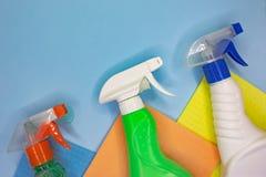 Reinigungsmittel und Reinigungszus?tze in der blauen Farbe Reinigungsservice, Kleinbetriebidee stockbild