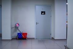 Reinigungspersonal nahe Wand- und Reinigungsraum im Flughafen Lizenzfreies Stockbild